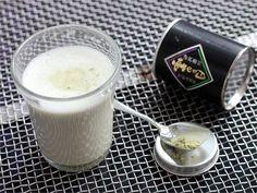 Matcha latte. Matcha on japanilaista, laadukkaasta vihreästä teestä jauhettua pulverimaista teetä. Japanissa vihreän teen joukkoon ei lisätä muita ainesosia, mutta maailmalla matcha chai latte on noussut trendikkääksi juomaksi. #valioreseptit Matcha, Latte, Chai, Glass Of Milk, Drinks, Food, Drinking, Beverages, Essen