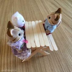 DIY picnic Table for Sylvanians sticks of ice Allo Maman Dodo Miniature Crafts, Miniature Dolls, Family Crafts, Crafts For Kids, Kids Diy, Glace Diy, Calico Critters Families, Diy Picnic Table, Table Diy