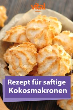 Coconut macaroons recipe- Kokosmakronen Rezept Christmas – the time of family, getting together and eating. Of course, delicious cookies should not be missing. We have compiled the 30 best cookie recipes for Christmas in our gallery for you. Best Christmas Cookie Recipe, Best Cookie Recipes, Christmas Baking, Cake Recipes, Dark Christmas, Keto Recipes, Food Cakes, Macaroon Recipes, Coconut Macaroons