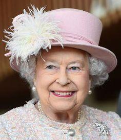 Queen Elizabeth II Photos - Queen Elizabeth II is seen at the Chichester Theatre while visiting West Sussex on November 2017 in Chichester, United Kingdom. - The Queen Visits West Sussex Princess Eugenie, Princess Diana, Princess Margaret, Duchess Of Cornwall, Duchess Of Cambridge, Commonwealth, Palais De Buckingham, Die Queen, Queen Liz