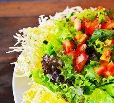 salada na cesta de parmesão
