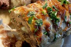 Βάζουμε το ρολό σ΄ένα ταψάκι και περιχύνουμε με λίγο ζωμό την επιφάνεια του ρολού. Ψήνουμε σε προθερμασμένο φούρνο στους 180C, στις αντιστάσεις μέχρι να πάρει χρώμα το ρολό, αλλά όχι να ξεροψηθεί, περίπου 1 ώρα ανάλογα τον φούρνο. Greek Recipes, Meatloaf, Food And Drink, Sweets, Cooking, Food, Kitchen, Goodies, Meat Loaf
