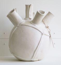 Moderne, handgemaakte tulpenvaas in wit. Uniek in zijn soort. Beschikbaar in…