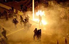 Polícia e manifestantes trocam bombas na Av. Maracanã durante protesto na fina da Copa das Confederações. 30/06/2013.