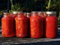 Jak udělat domácí rajčatový protlak | recept Olives, Preserves, Mason Jars, Food, Homesteading, Tomato Preserves, Dressing, Spice, Salads