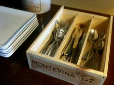 Vintage wine crate upcycled into a flatware holder - talk about chic wine crate decor! Wine Crate Decor, Wooden Wine Crates, Vintage Trends, Vintage Ideas, Vintage Photos, Vintage Wine, Funny Vintage, Wine Gifts, Box Art