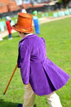 Willy Wonka est un personnage merveilleux encore un peu étrange, aimé de tous. Ce costume sera composé d'un violet, manteau touché velours, gilet fleuri (en utilisant la même impression que Gene Wilder portait dans le film), noeud papillon or, pantalon beige et un chapeau haut de forme S'il vous plaît inclure les mesures de tour de taille, hanches, poitrine et hauteur