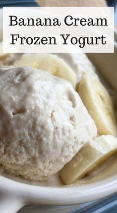 frozen banana recipes Enjoy a cool, refreshing low-points weight watchers freestyle dessert with this Banana Cream Frozen yogurt recipe. Easy to make and it hits the spot when you crave ice cream. Frozen Yoghurt Recipes, Banana Frozen Yogurt, Frozen Banana Recipes, Homemade Frozen Yogurt, Healthy Frozen Yogurt, Frozen Greek Yogurt, Yogurt Ice Cream, Healthy Ice Cream, Recipes With Greek Yogurt