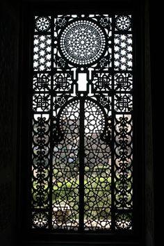 We can't get enough of these ornate arabesque windows. Islamic Architecture, Art And Architecture, Architecture Details, Theatre Architecture, Arabesque, Kairo, Window Screens, Unique Doors, Moorish