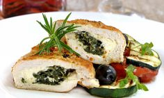Chicken Breast Stuffed with Spinach and Gorgonzola - A simple but elegant dish that will be sure to impress any dinner guest. You can substitute the cheese for a variety of your choosing if blue cheese isn't your thing. Queijo Light, Healthy Stuffed Chicken, Ketogenic Recipes, Healthy Recipes, Healthy Food, Diner Spectacle, Cream Of Broccoli Soup, Spinach And Cheese, Blue Cheese