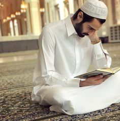 Learn Quran Academy is a platform where to Read Online Tafseer with Tajweed in USA. Best Online tutor are available for your kids to teach Quran on skype. Muslim Beard, Muslim Men, Muslim Girls, Muslim Pictures, Muslim Images, Alhamdulillah, Handsome Arab Men, Handsome Boys, Hijab Mode