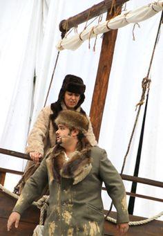 Vollkommen entkräftet wird Viktor Frankenstein (Alexander Waltering) vom Leutnant zur See (Nicola Thiemann) auf das Expeditionsschiff eingeladen.