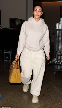Cozy: Sticking to the beige theme, the mother-of-four added a pair of ankle socks and Yeezy slides to her casual ensemble Source by Look clothes Khloe Kardashian Outfits, Kim Kardashian Bikini, Estilo Kardashian, Kendall Jenner Outfits, Kardashian Workout, Kardashian Wedding, Kardashian Fashion, Kim Kardashian Yeezy, Kylie Jenner