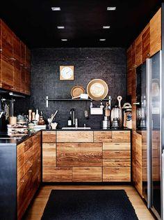 кухня дерево-массивно-стиль-модерн-мозаика-фреска-черно-черный потолок