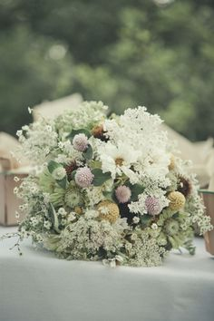 Such a beautiful, meadow like bouquet:) I wanna have my wedding in a meadow...