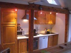 Die offene Küche mit Oberlicht (großer Kühlschrank, Dunstabzug, Mikrowelle, Spülmaschine, Ceranfeld, Nespresso-Maschine, Villeroy & Boch-Besteck)