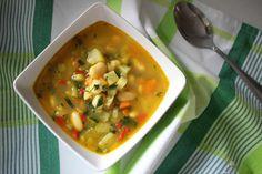 A inceput sezonul supelor si a leguminoaselor. Daca pana acum ne-am distrat cu multe fructe (mai ales pepeni), acum ne apucam si de ceva gatit cald si consistent. Supa este deliciosa si satioasa, ai nevoie de legume de fasole fiarta si cateva condimente. Mai, Thai Red Curry, Ethnic Recipes, Food, Essen, Meals, Yemek, Eten