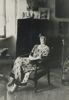 Модная Ахматова  На фотографиях Ахматовой 1924 года ее платье с цветочным принтом, заниженной талией и контрастной отделкой напоминает иллюстрацию из модного «Женского журнала».