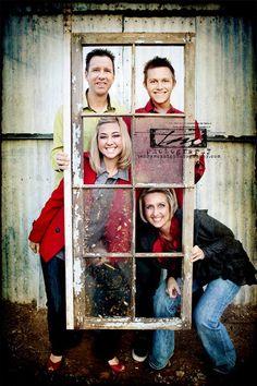 Usar una ventana antigua para hacer fotos de familia. Me parece una idea genial.