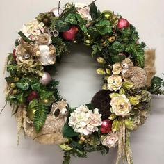 Large garden wreath with woodland animals. Woodland Animals, How To Make Wreaths, Christmas Wreaths, Floral Wreath, Wreaths, Crown Cake, Forest Animals, Christmas Swags, Floral Crown