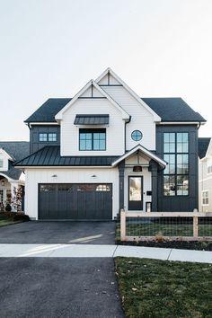 Best modern home exterior design ideas 1 Dream House Exterior, Exterior House Colors, White Siding House, Farm House Exteriors, House Ideas Exterior, Modern Home Exteriors, White Exterior Houses, Modern Exterior House Designs, House Siding