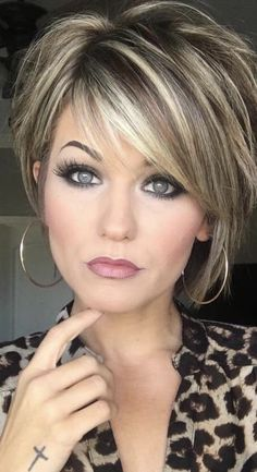 Trending Hairstyles 2019 - Short Layered Hairstyles Hair and Makeup products Short hair with layers Balayage hair Hair color balayage Short Hair With Layers, Layered Short Hair, Short Layered Haircuts, Layered Hairstyles With Bangs, Medium To Short Hairstyles, Hairstyle Short, Short Haircuts For Women, Layer Haircuts, Inverted Bob Hairstyles
