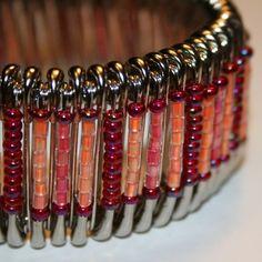 Nie uwierzysz co można stworzyć ze zwykłych agrafek. Safety Pin Art, Safety Pin Crafts, Safety Pins, Safety Pin Bracelet, Safety Pin Jewelry, Seed Bead Crafts, Beaded Jewelry, Beaded Bracelets, Jewelry Accessories