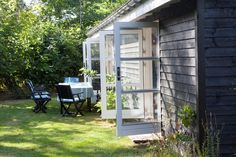 Billedkunstnerne Mette Hannemann og Jesper D. Lund måtte ændre mange ting ved det slidte sommerhus i Nordsjælland, før stedet føltes helt som deres. Oplev sommerhuset her.