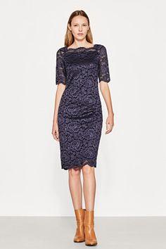 Grösseninfo: Bei Gr. S (kann je Gr. variieren): -Rückenlänge ab Schulternaht: ca. 106 cm Details: -Ein Traum aus floraler, blickdicht gefütterter Spitze und dabei gleichzeitig anschmiegsam und bequem ist dieses sexy-figurbetonende Kleid mit dekorativem Karrée-Ausschnitt! -Die Silhouette ist tailliert, und die Ärmel haben eine feminine Ellbogenlänge. -In diesem Kleid genießt du sogar festliche und offizielle Events!