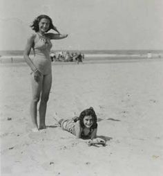 UNNERVING HISTORICAL PHOTOS THAT WILL LEAVE YOU SPEECHLESS  --  ANNE AND MARGOT FRANK AT THE BEACH (1930S)