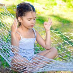 Posturas de yoga con las manos para aumentar la concentración, la calma, y ayudar a los niños a controlar las emociones. Te decimos cómo puedes enseñar a hacer yoga con las manos a tus hijos. El objetivo de los mudras (posiciones de las manos en el yoga) es favorecer la relajación.