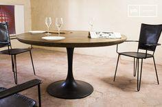 Der runde Tisch Liverpool verbindet die elegante Linie des 20. Jahrhunderts mit Materialien und Verabeitungen des industriellen vintage Stils. Die Tischplatte besteht aus Eichenholz, überzogen mit einer dicken Schicht lackiertem Messing und mit chirurgischer Präzision beschlagenen Nägeln.