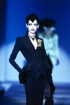 Mugler Spring 1997 Couture Fashion Show Collection: See the complete Mugler Spring 1997 Couture collection. Look 40 Only Fashion, 90s Fashion, Couture Fashion, Retro Fashion, Runway Fashion, Fashion Art, Vintage Fashion, Fashion Outfits, Vintage Goth