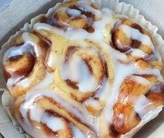 Φτιάξτε μοναδικά ρολάκια κανέλας σε 45 λεπτά με τα χεράκια σας και κεράστε τους αγαπημένους σας ! Ιδανικά για το Κυριακάτικο πρωινό ! Εκτέλεση Ξεκινάτε με τη ζύμη: Σε ένα μεγάλο μπολ, ανακατέψτε το αλεύρι, τη ζάχαρη, το αλάτι ,τη μαγιά μαζί μέχρι να ομογενοποιηθούν. Αφήνετε στην άκρη. Σε ένα μικρό μπολ στο φούρνο μικροκυμάτων, …