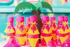 How about celebrating the birthday of the little ones with a pool party? - Kids Party: Enjoy the Hot Days to Organize a Fun Pool Party Pool Party Games, Pool Party Kids, Pool Party Decorations, Engagement Party Decorations, Birthday Party Snacks, Birthday Party Tables, Tropical Pool, Tropical Party, Flamingo Party