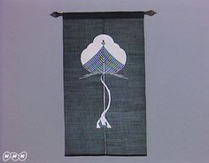 作品「一本松のれん」  ことし、放送開始から40年目を迎えた日曜美術館。それを記念して、これまで放送した回からよりすぐりの番組を、特別アンコールでお届けします。いままでに「アトリエ訪問 岡本太郎」「私と鳥獣戯画 手塚治虫」「私と八木一夫 司馬遼太郎」「私とルドン 武満徹」を放送してきました。今回は、作家・版画家の池田満寿夫さんが染色家の芹沢銈介(せりざわけいすけ)の魅力を存分に語った番組。放送されたのは1983年7月です。  芹沢銈介(1895~1984)は、民藝運動の柳宗悦に共感し、運動に参加。沖縄の紅型(びんがた)を修得、研究し、独自の型絵染を確立します。その技は、着物、のれん、絵本、家具など幅広く、1956年には、重要無形文化財の保持者(人間国宝)に認定されました。 池田満寿夫さん(1934~1997)が、芹沢の作品にいかに魅力を感じるか、「いつも気持ちがいい」「優しさがあふれている」「創ってそれを使う喜びは、文明である」といった言葉で、じっくりと語ります。都内の芹沢のアトリエでの型絵染めの制作風景、インタビューも登場。芹沢の亡くなる前年の貴重な番組です。