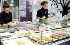 Με μότο το «Γλυκό από την Αρχή», η εταιρεία βασίζεται στον παραδοσιακό τρόπο παρασκευής γλυκισμάτων, χωρίς την χρήση έτοιμων μιγμάτων και συντηρητικών. Healthy Snacks, Healthy Recipes, Cafe Restaurant, Desserts, Food, Greece, Travel, City, Health Snacks