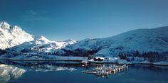 Vi proponiamo un brevissimo viaggio di appena due minuti nelle isoleLofoten. Ci troviamo nel nord della Norvegia. Da queste parte il clima non è sempre calmo come mostrato nel video, ma è sovente burrascoso.        Credit videofrom