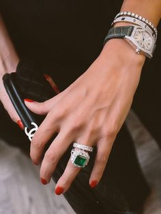 Beautiful Accessories - Chanel clutch and emerald princess cut ring I LOVE all of this Jewelry Box, Jewelery, Jewelry Accessories, Fashion Accessories, Fine Jewelry, Jewelry Design, Cartier Jewelry, Jewelry Rings, Chanel Clutch
