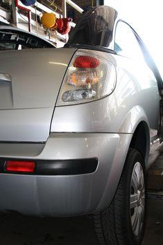 Citroën C3 Pluriel in dismantling. Fluids are drained using a special installation. Find Pluriel parts:  http://bartebben.com/parts/citroen/c3.html  Demontage van een Citroen C3 Pluriel voor onderdelen. De vloeistoffen worden met een speciale installatie onttrokken. Vind Pluriel onderdelen: http://bartebben.nl/onderdelen/citroen/c3.html  Citroen C3 Pluriel im Autoverwertung. Flüssigkeiten werden maschinell entfernt. Finden Sie Pluriel Ersatzteile…