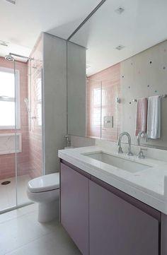 Decoração de apartamento. Lavabo, banheiro, parede de tijolinhos rosa e espelho.  #decoracao #decor #design #details