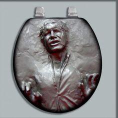Seguimos decorando nuestro baño geek de Star Wars y hoy le toca el turno a esta tapa de inodoro de Star Wars con la cara de Han Solo en carbonita.