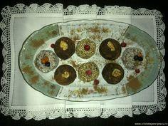 CaFeline Cristela Georgescu:10 linguri seminte susan neprajit, 4 linguri seminte Chia (sau nuci romanesti macinate), 4 linguri nuca de cocos (sau alune de padure), 4 linguri migdale, 10 linguri fulgi de ovaz, 3 linguri merisoare deshidratate (sau stafide, prune, caise uscate), 2 linguri cu varf de pudra roscove (carob), 2 lingurite unt de cocos (sau inca 1 lingura fulgi ovaz), miere dupa gust, putin lichid (apa, lapte vegetal, suc de portocala, de mar, etc daca e nevoie).