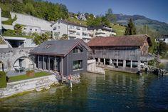 Wohnen direkt am See? Ein Traum. Wo Bauland rar ist, wird das Bootshaus zum Wohnhaus umgebaut. Eine Oase am Zugersee. Style At Home, Cabin, Mansions, House Styles, Home Decor, Boathouse, Wood Stairs, Detached House, Build House