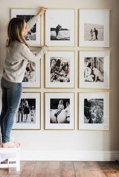 deco mur, blonde fille, manucure noire, cadre doré, parquet stratifié, murs blancs, décoration de salon #homedecor #decoration #decoración #interiores