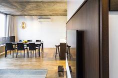 A simplicidade e o predomínio de cores claras no ambiente são as marcas do décor. Com 125 metros quadrados, o apê conta com uma vista privilegiada com grandes aberturas na cozinha e na sala, que ampliam a percepção do ambiente externo dentro do apartamento, além de auxiliar na ventilação dos ambientes.