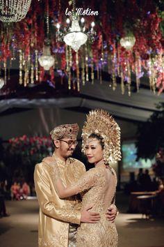 Javanese Wedding, Indonesian Wedding, Malay Wedding, Wedding Couple Poses, Wedding Couples, Wedding Hijab Styles, Muslimah Wedding, Foto Wedding, Bride Pictures