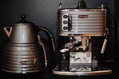 """DeLonghi ECZ 351.BG - стильная ручная эспрессо-кофеварка модельного ряда Scultura - скульптурно-инженерное произведение искусства для приготовления итальянского кофе дома. Формы нового модельного ряда обязаны итальянскому футуризму 1920-30 годов который вдохновил дизайнеров DeLonghi. Кофеварка оборудована новым холдером который использует как молотый так и таблетированный кофе. На данную модель действует акция """"Вместе дешевле"""" - скидка на покупку комплекта: кофемашина чайник тостер…"""