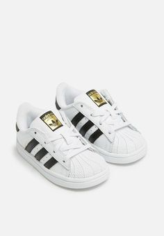 A style icon is remade for younger feet in these adidas Originals Superstar shoes. The junior shoes have all the classic details, including the smooth leather upper, rubber shell toe and gum rubber outsole. Superstars Shoes, Smooth Leather, Adidas Originals, Adidas Sneakers, Black And White, My Style, Kids, Fashion, Young Children