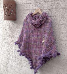 Poncho en telar Loom Weaving, Hand Weaving, Capes, Weaving Patterns, Crochet Projects, Knit Crochet, Textiles, Knitting, Sewing